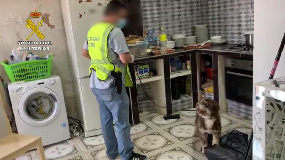 La Guardia Civil desmantela un punto de venta de drogas ubicado en Cox 6