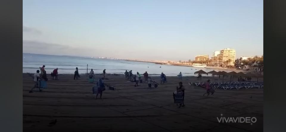 Carreras y peleas en Torrevieja para coger sitio en la playa 6