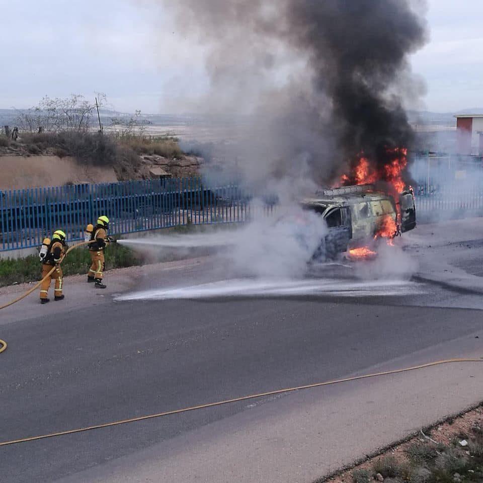 Aparatoso incendio de una furgoneta cerca de las Salinas de Torrevieja 6