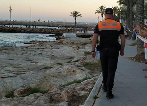 Un hombre cae a las rocas del Puerto de Torrevieja en la madrugada del sábado 6