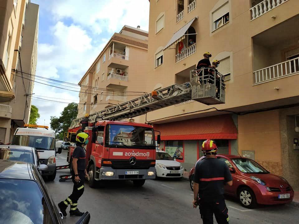 Un hombre de avanzada edad es rescatado en Torrevieja tras caerse en su casa 6