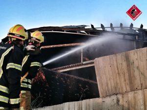 Arde la cubierta del parque de relajación de las Salinas de Torrevieja 8