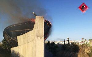 Arde la cubierta del parque de relajación de las Salinas de Torrevieja 9