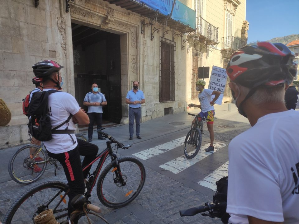 Colectivos ciudadanos entregan al Ayuntamiento de Orihuela el manifiesto con el que reclaman obras hidráulicas a la CHS 6
