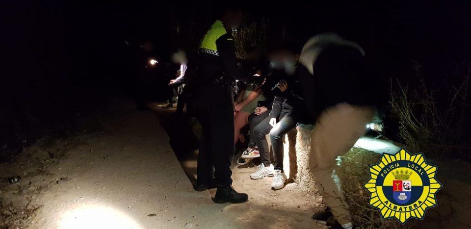 La Policia Local de Albatera sanciona y conciencia a 13 jóvenes que estaban de botellón 6