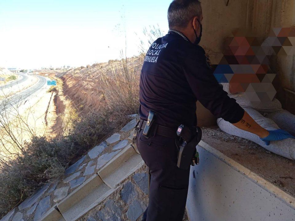 La Policía Local de Orihuela evita que una mujer se precipite por un puente 6
