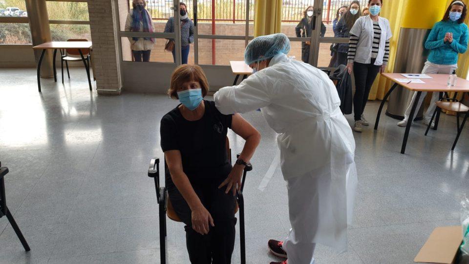 """""""Si el ritmo de vacunación sigue así, la población general podrá vacunarse en febrero"""" 6"""