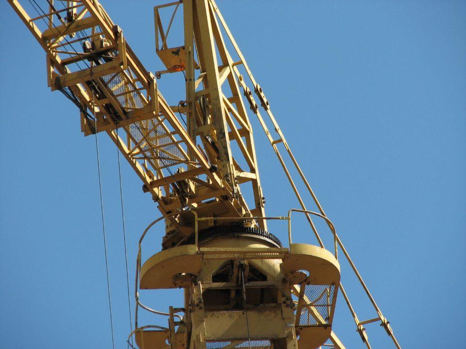 Un trabajador cae de una grúa a cinco metros de altura en San Isidro 6
