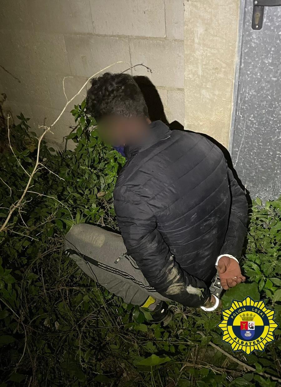 Un individuo se salta el toque de queda para delinquir y agrede a un agente en Albatera 6
