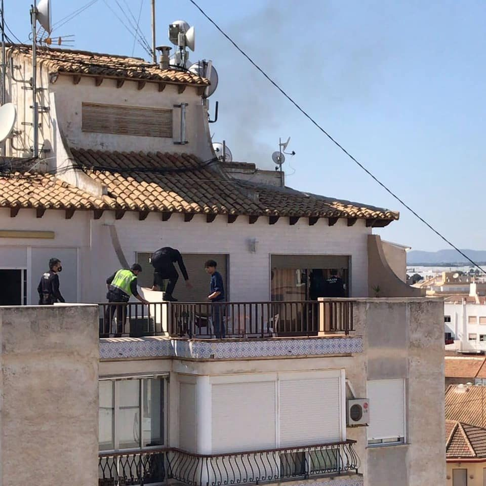 Los vecinos salvan la vida de una anciana en Pilar de la Horadada 6