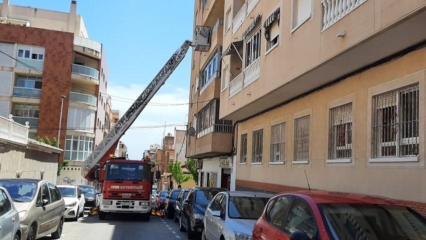 Los bomberos de Torrevieja rescatan a un anciano que sufrió una caída en su casa 6