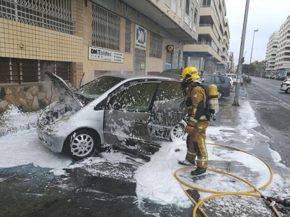 El incendio de un coche obliga a cortar la calle Gregorio Marañón de Torrevieja 6