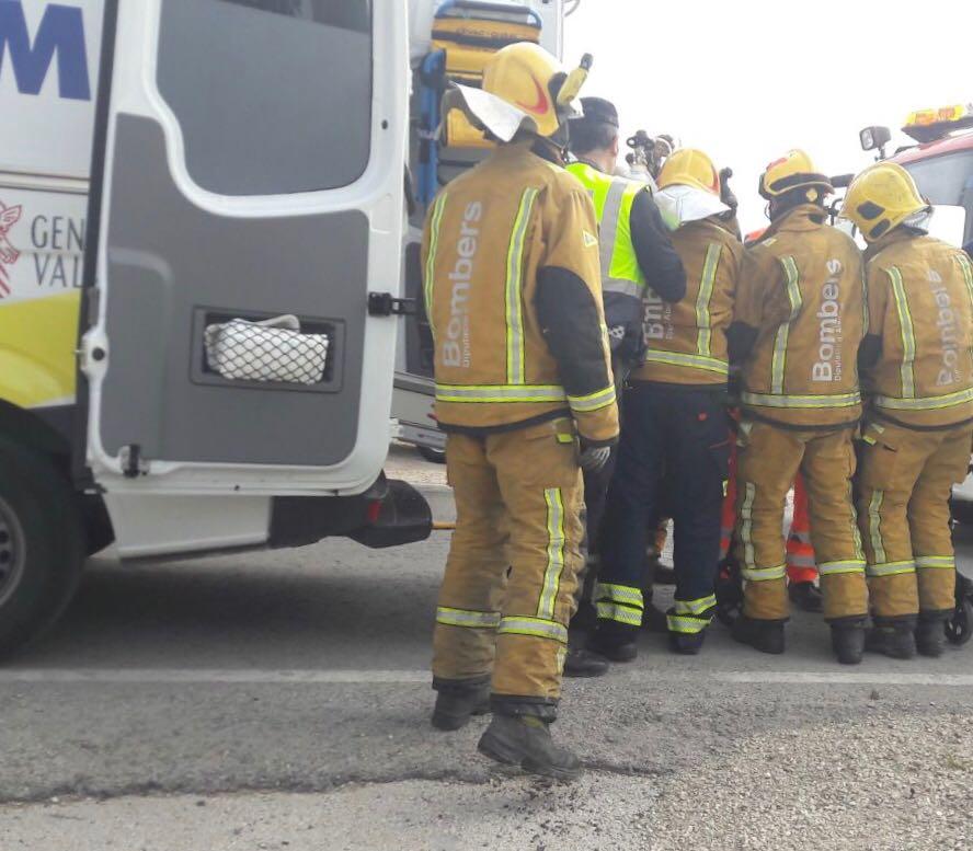 Herido un joven tras quedar atrapado en su coche en un accidente en Orihuela 6