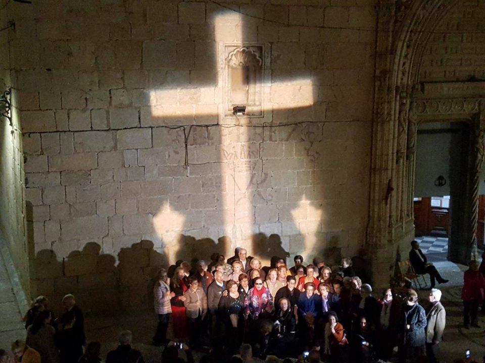 La Cruz de los Caídos se proyecta en la Plaza de España 6