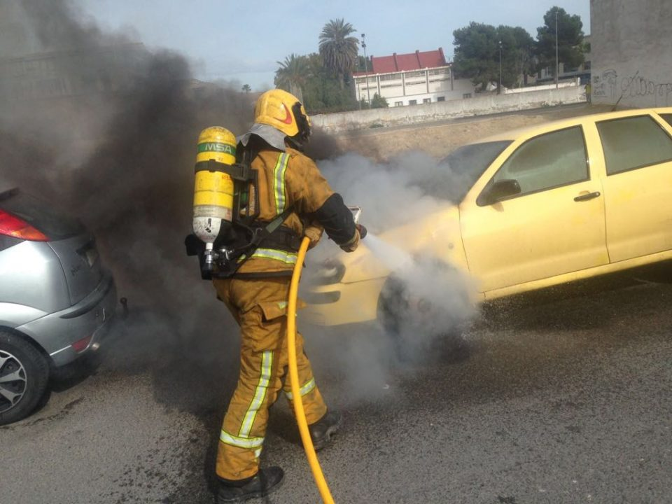 Arde un vehículo en plena calle en Almoradí 6