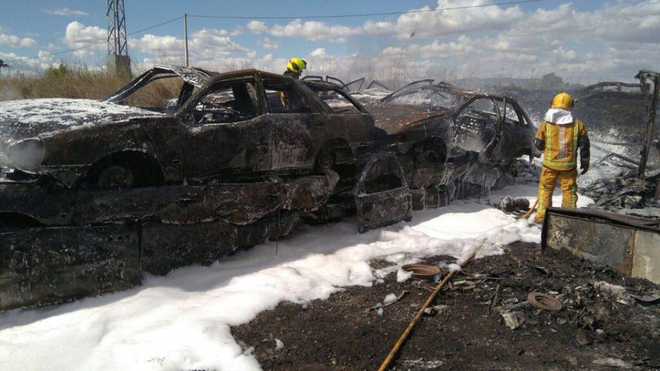 Arden más de medio centenar de vehículos en un desguace de Dolores 6