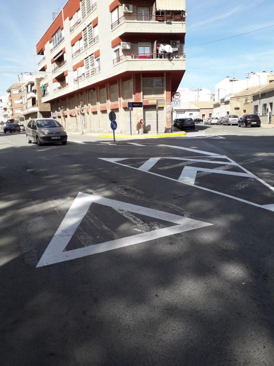 Almoradí restaura la pintura de la señalización vial 6