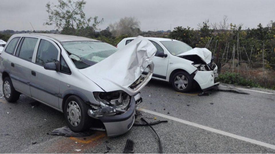 Un choque frontal entre dos vehículos deja un atrapado en Benijófar 6