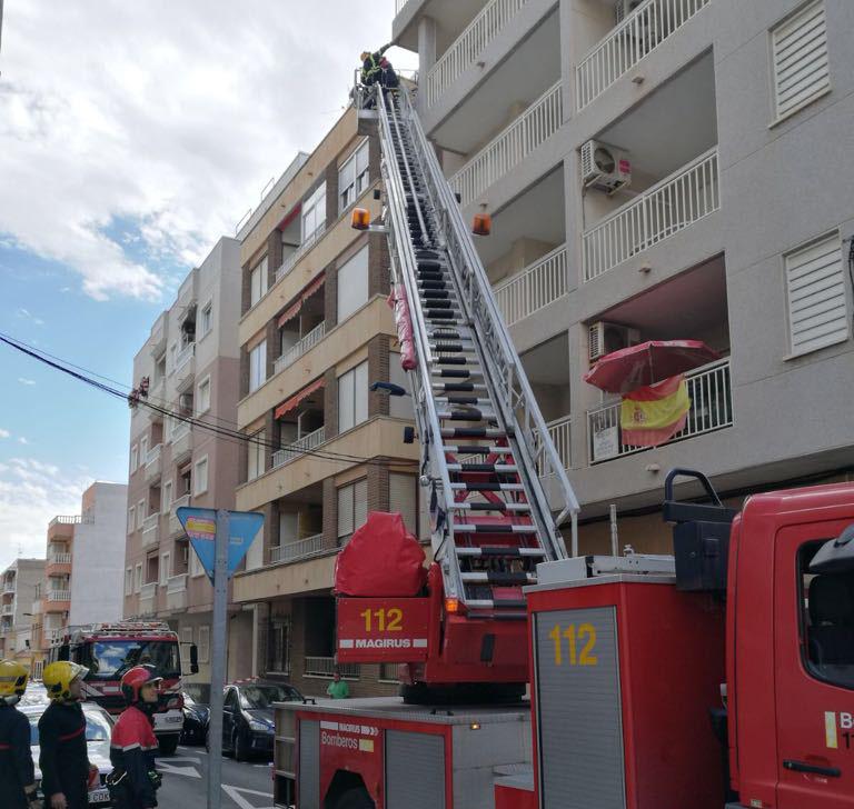 Cierran al tráfico una calle de Torrevieja por la caída de cascotes 6