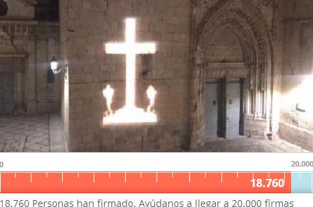 Hazte Oír recoge firmas en defensa de la vecina que proyecta la Cruz de los Caídos 6