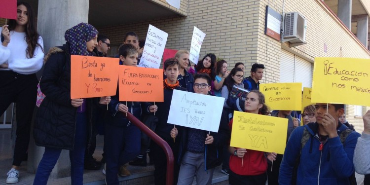El IES Tháder pasa a la acción en protesta a la no adhesión al Plan Edificant 6