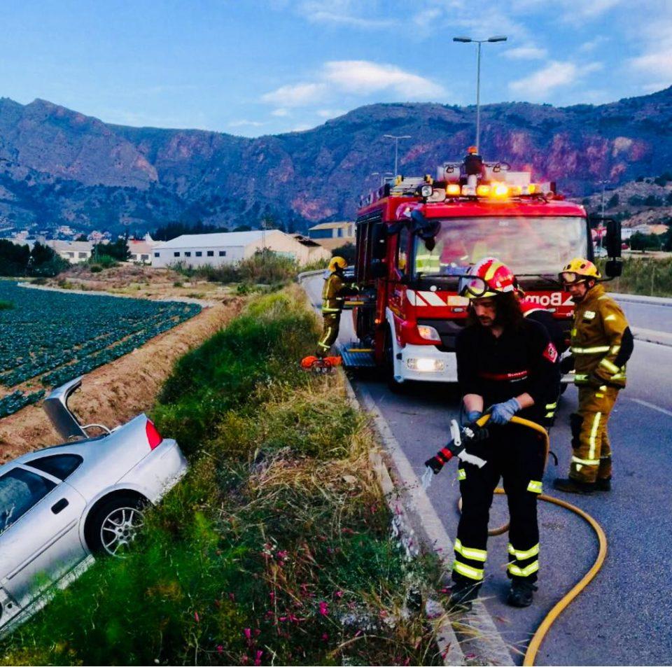 Los Bomberos rescatan en Orihuela a un conductor atrapado tras un accidente 6