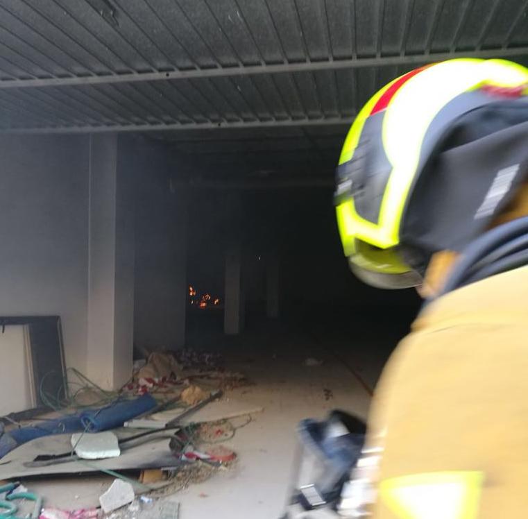 Los Bomberos sofocan un incendio en el abandonado Centro Comercial Blue Lagoon 6