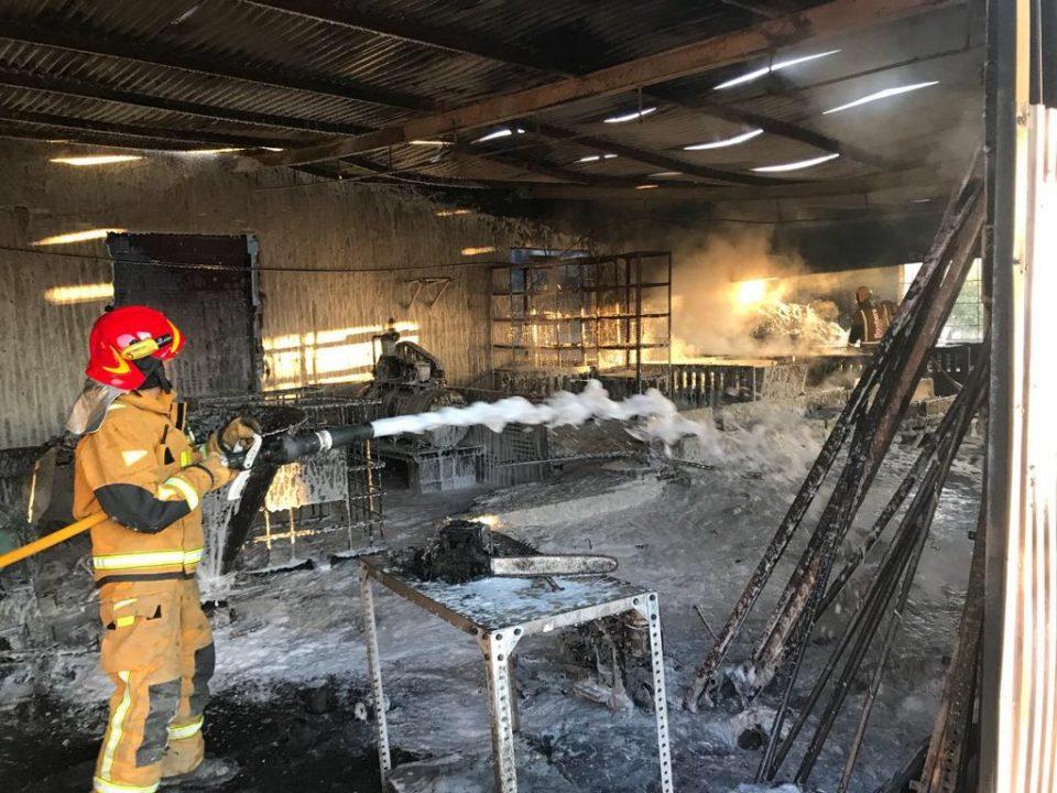 Un incendio calcina una nave en Cox 6