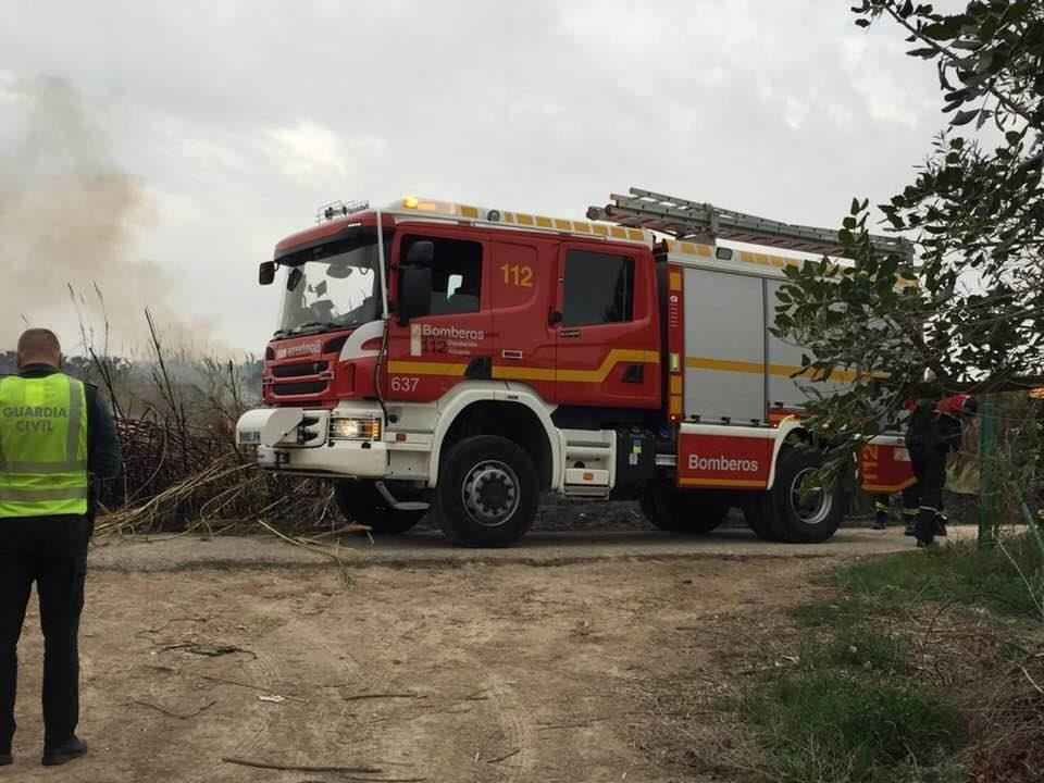 Un incendio arrasa una parcela de 2000 m2 en Jacarilla 6