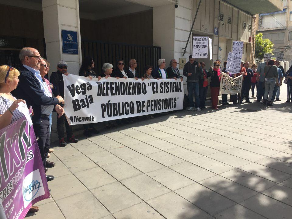 Pensionistas de la Vega Baja se concentran en la puerta de Hacienda en Orihuela 6