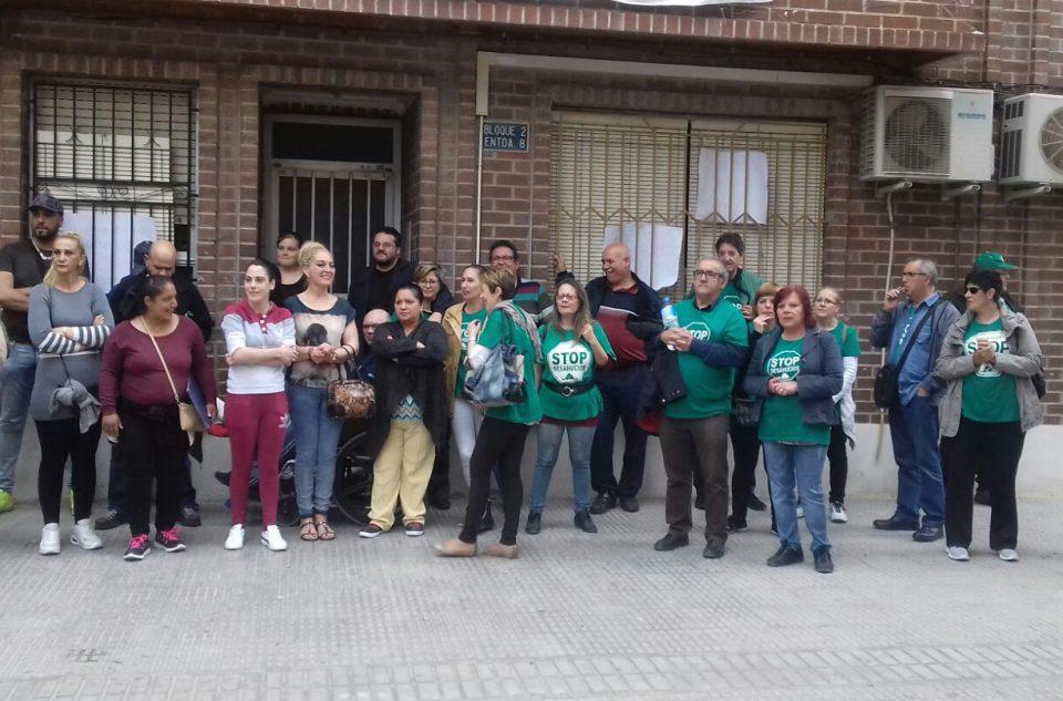 La PAH paraliza el desahucio de cuatro familias en Orihuela 6