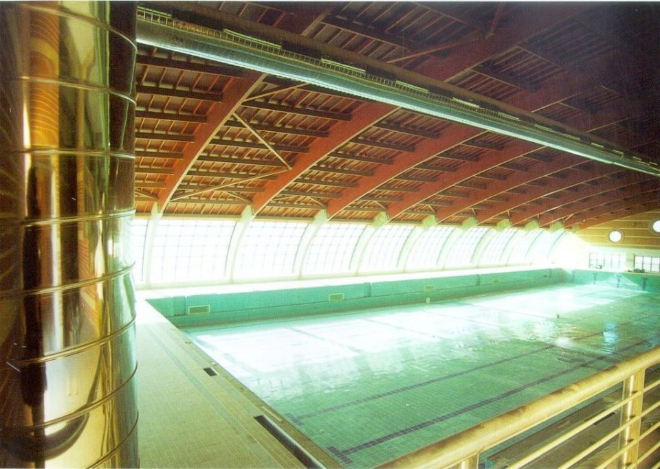 Un joven sufre un ataque epiléptico en la piscina cubierta de Torrevieja 6