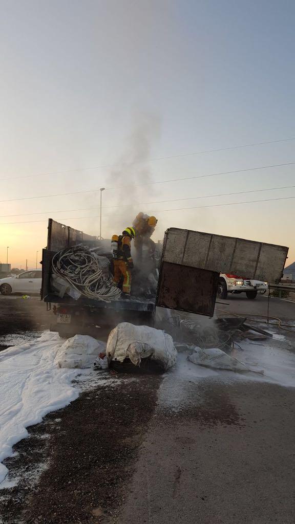 Un camión se incendia en la salida de Orihuela-Benferri de la A-7 6