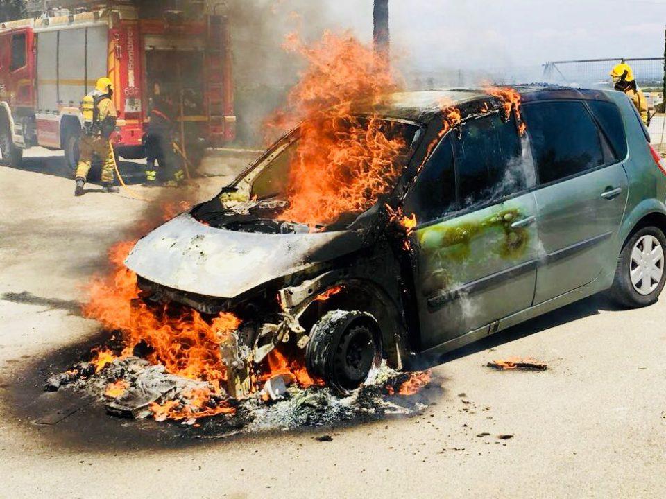 Sofocan el incendio de un vehículo en Jacarilla 6