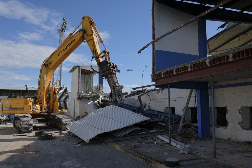 Se inicia la demolición de la grada del Vicente García de Torrevieja 6