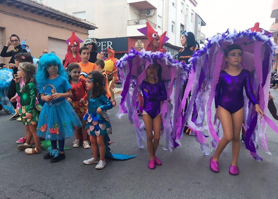 El color y la alegría de la Retreta inundan las calles de Benejúzar 6