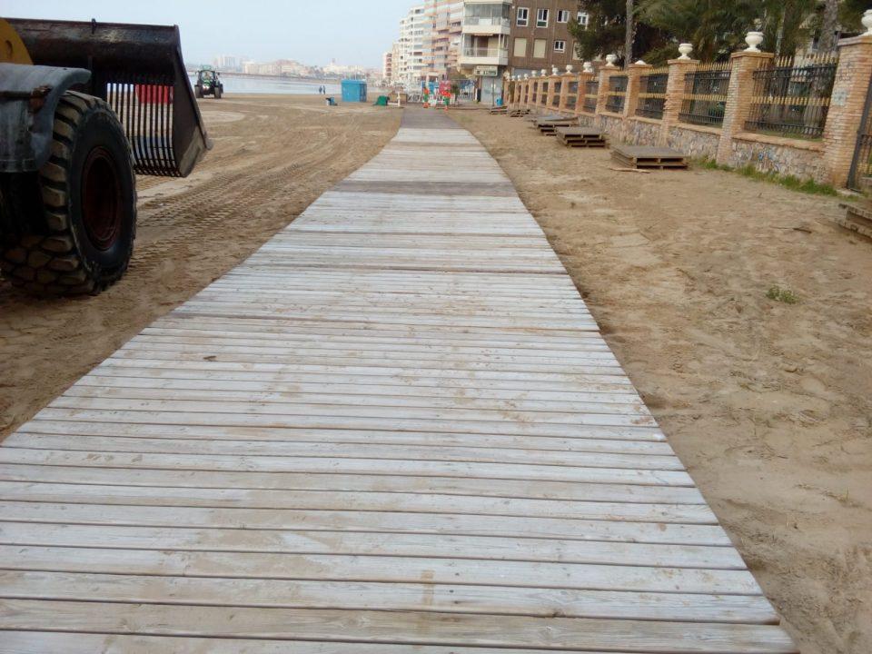 Torrevieja mejora la accesibilidad de sus playas con nuevas pasarelas 6