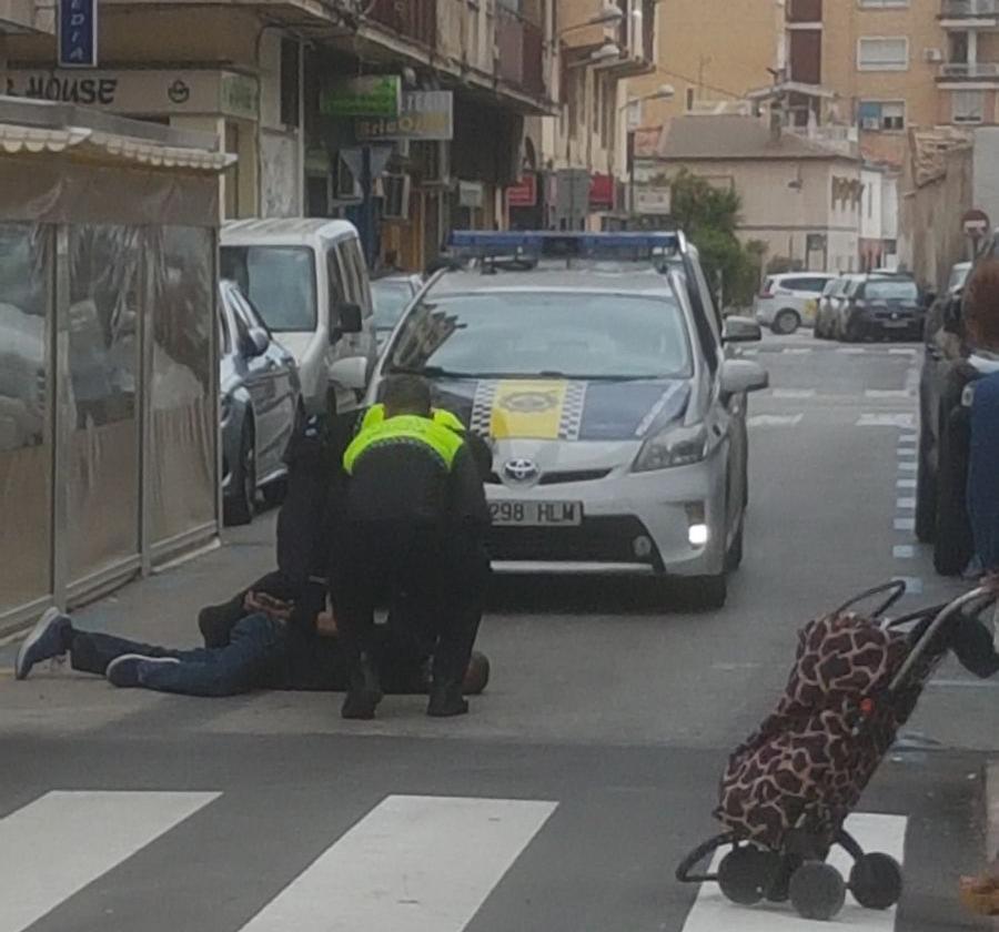 Un policía recibe un puñetazo al separar a dos hombres en una pelea en Orihuela 6