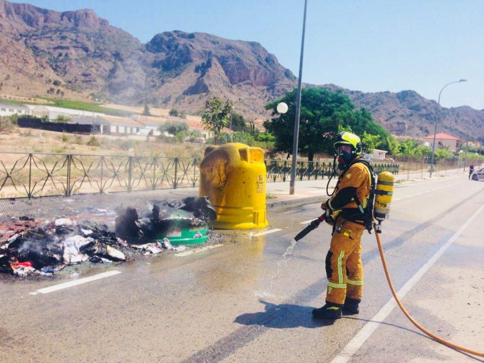 Arden varios contenedores en la carretera que une Orihuela y La Aparecida 6