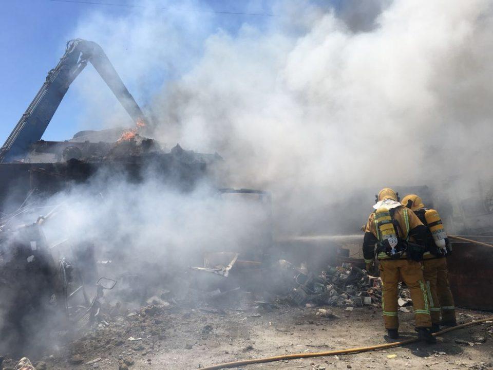 Los bomberos sofocan un incendio en un desguace de Orihuela 6
