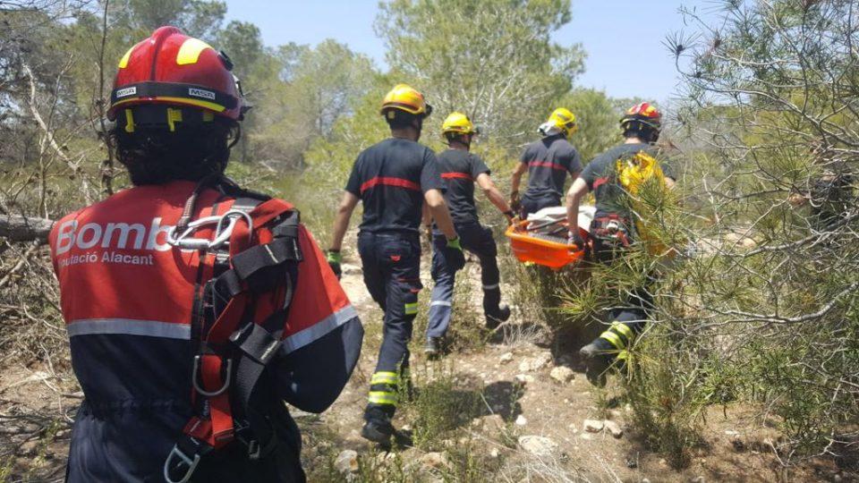 Un helicóptero rescata a un hombre tras caer por una rambla en San Miguel de Salinas 6