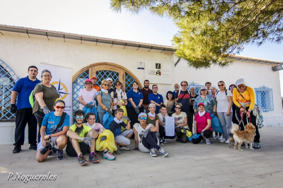 "Voluntarios recogen casi 40 kg de ""basuraleza"" en La Mata 6"