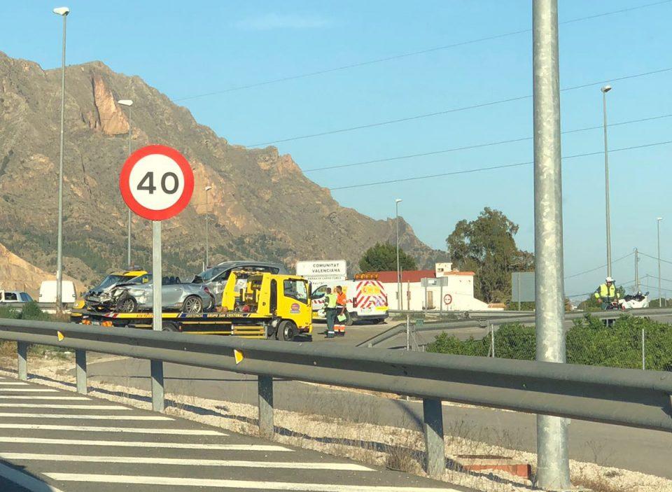 Dos coches siniestrados en la salida de Orihuela de la A7 6