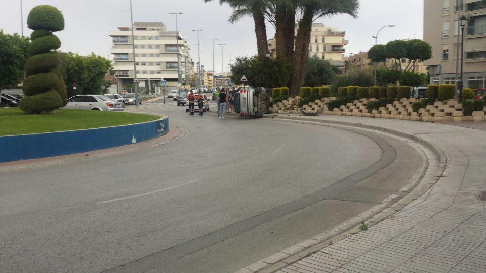 Un coche vuelca en la Avenida Príncipe de Asturias tras un accidente 6