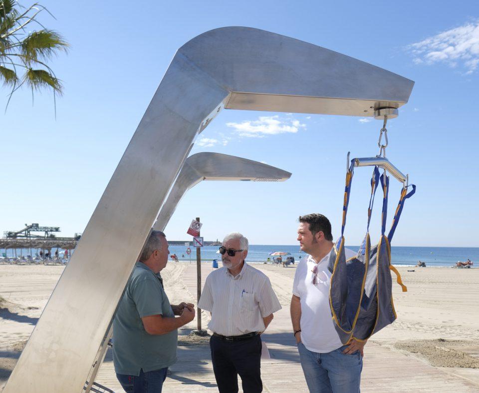 La playa de los Naúfragos cuenta con un elevador para baño adaptado 6