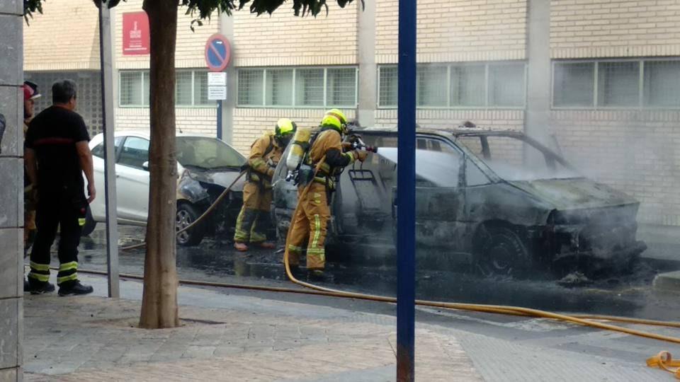 Un incendio calcina un monovolumen en Orihuela 6