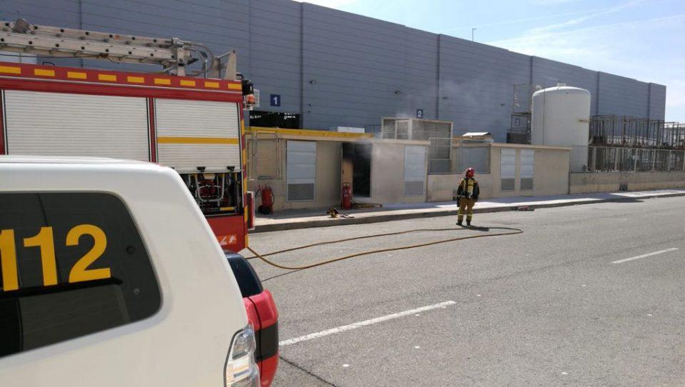 Los bomberos intervienen en un incendio en el polígono La Granadina 6