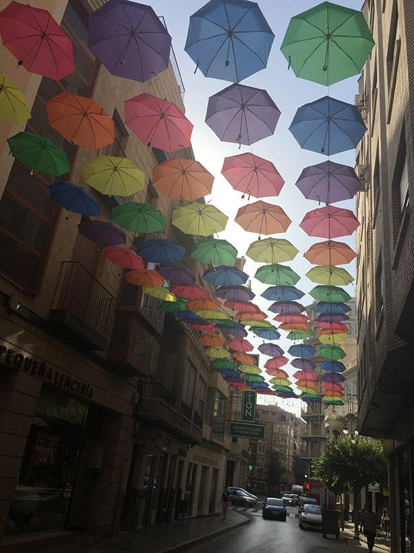 Los colores arcoíris cubren el cielo en dos calles de Orihuela 6