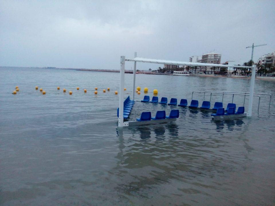 Torrevieja habilita una zona de baño adaptado en la playa del Cura 6