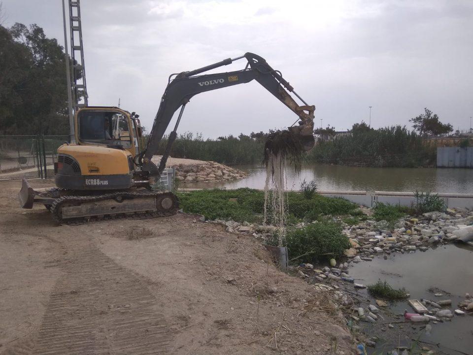 La CHS comienza la limpieza de residuos en la desembocadura del antiguo cauce del Segura 6